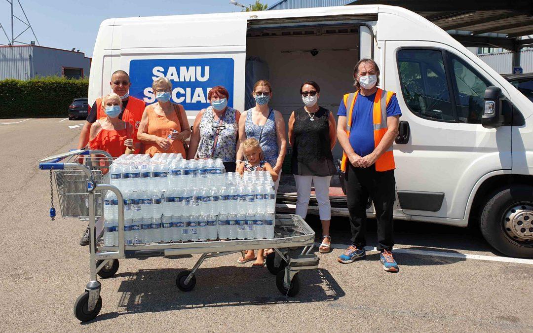 Dons de 2000 bouteilles d'eau par l'association Milhaud Mille Dons !